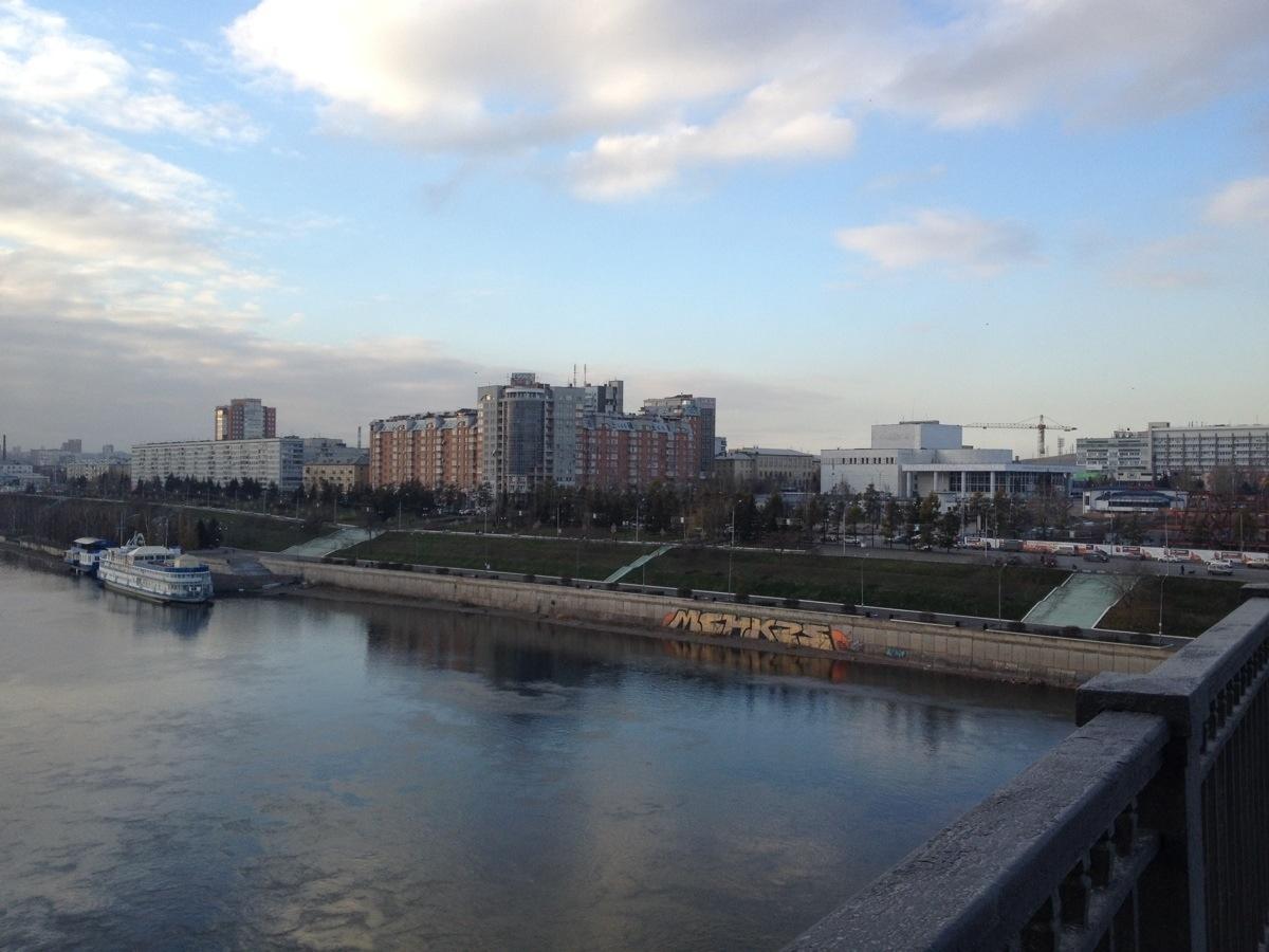 Uitzicht vanaf Yenisej brug op Krasnoyarsk