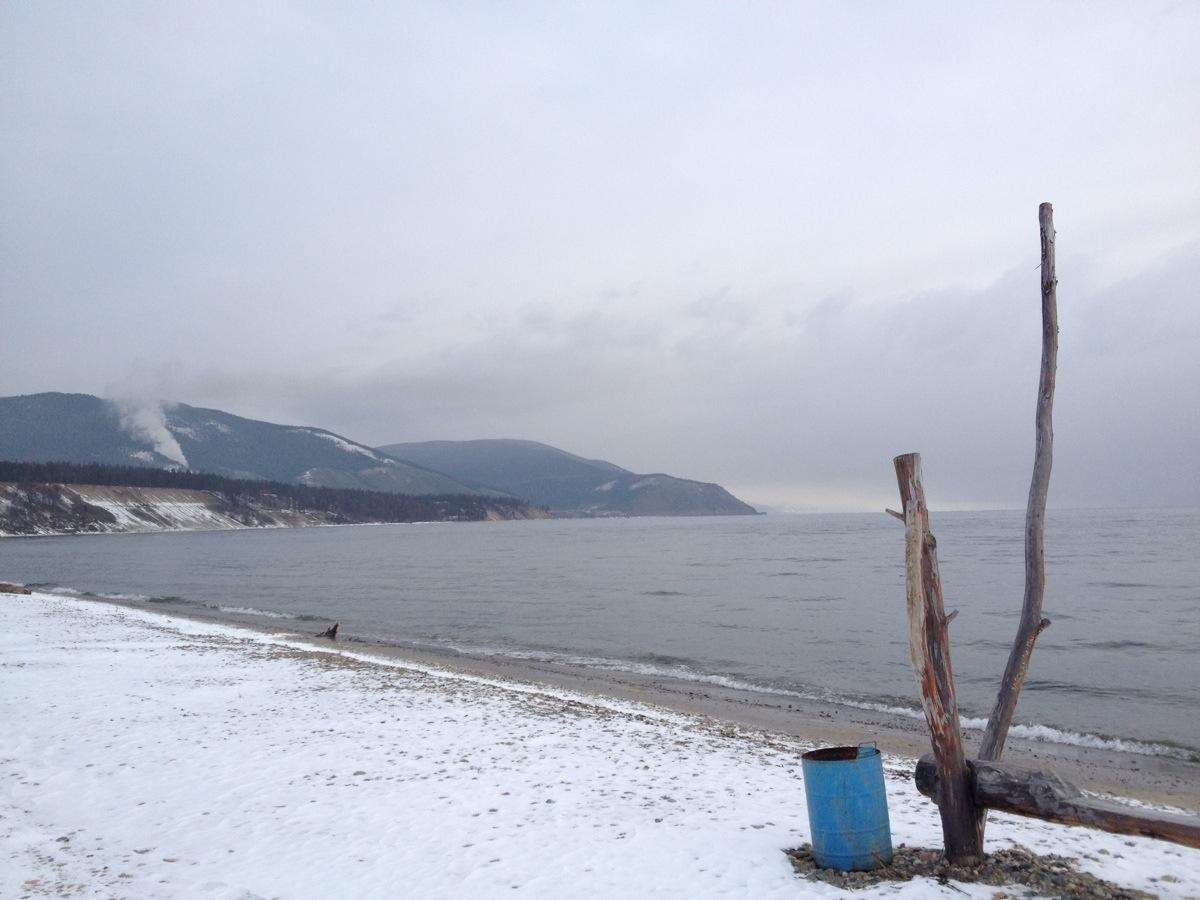 Strand van Baikalmeer bij Severobaikalsk